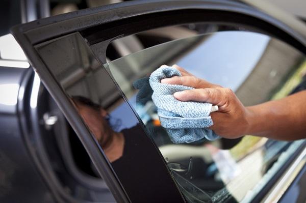 Tuyệt chiêu vệ sinh kính xe hơi sạch bóng